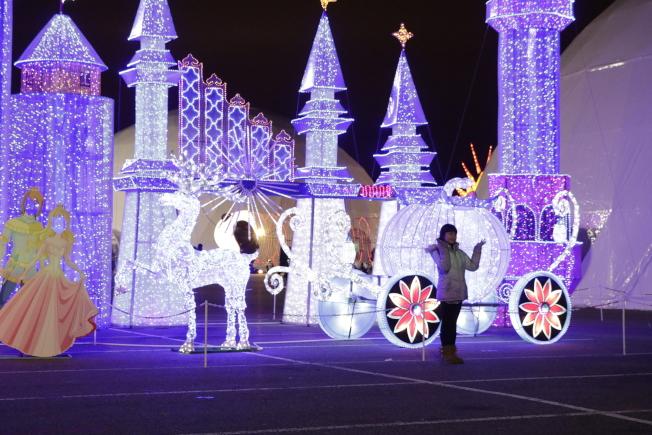 城堡前的南瓜馬車。(記者呂賢修╱攝影)