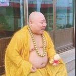 男酷似彌勒佛 富婆帶回供養 穿黃袍、掛佛珠打造成網紅