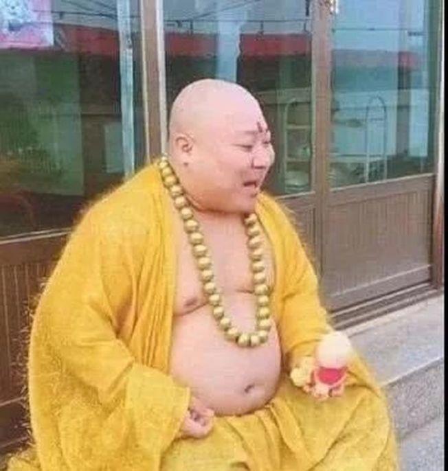 這位男子有著圓潤的臉蛋、龐大的肚子,穿上黃袍掛上佛珠之後,簡直與彌勒佛沒有兩樣。(取材自北青網)