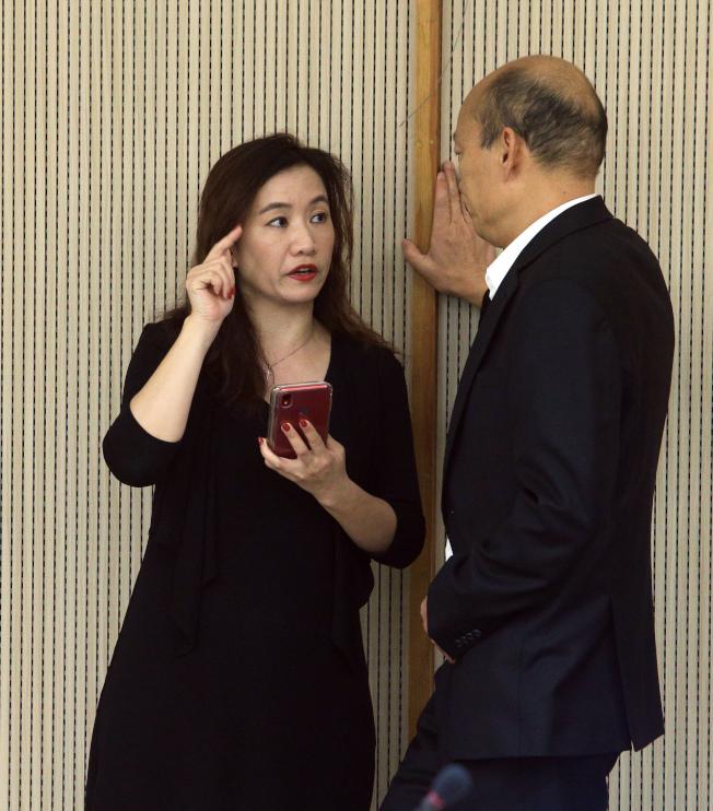 高雄市長韓國瑜(右)與前新聞局長王淺秋(左)。(本報資料照片)