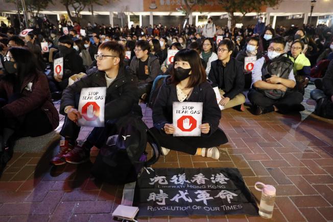 連登討論區(LKHKG)是香港「反送中」運動示威者藉以協調和動員的平台,近來頻遭網路大炮攻擊。圖為香港民眾在中環愛丁堡廣場舉行集會,反對政府使用催淚彈。(美聯社)
