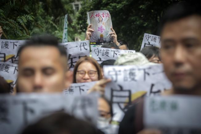 香港立法會6日通過議案,要求教育局追究煽動仇恨言論或慫恿學生參與非法集會的老師。圖為香港教師界8月17日罕見地走上街頭,「守護下一代,為良知發聲」,要求港府回應民間五大訴求。(路透)