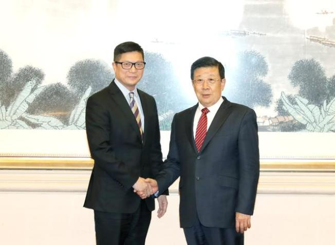 公安部部長趙克志(右)6日在北京會見香港警務處處長鄧炳強。(取材自北京青年報)