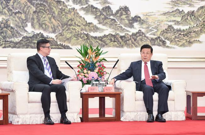 公安部部長趙克志(右)6日在北京會見香港警務處處長鄧炳強。(新華社)