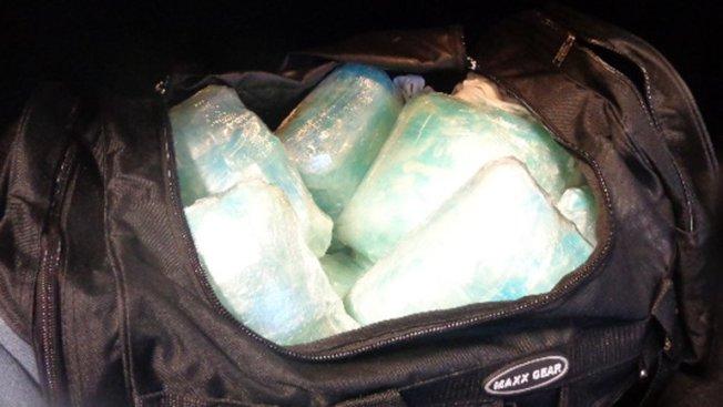 行李袋裝滿一包又一包冰毒。(聯邦邊境巡警局提供)