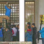 藍委要求謝長廷下台 闖外交部爆衝突