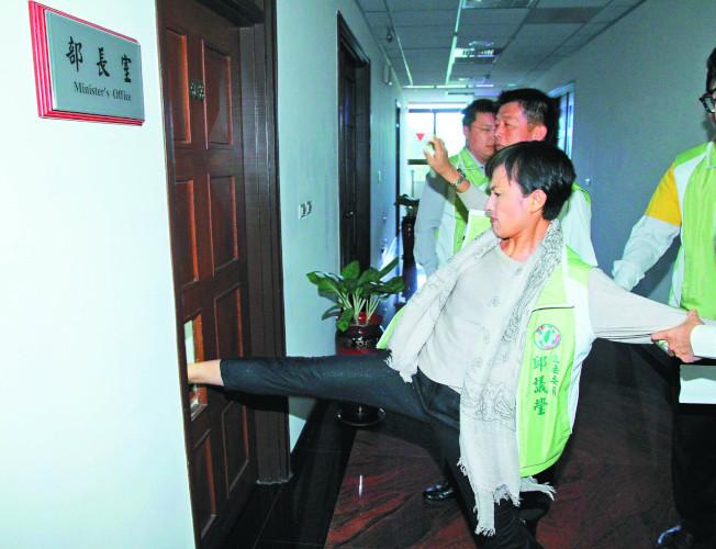 立委邱議瑩2013年曾因抗議法務部將陳水扁移監,踹破法務部長室大門。(本報資料照片)