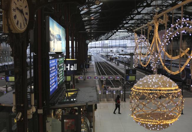 法國里昂火車站6日因大罷工而空空蕩蕩,大型吊燈依然照耀車站。(美聯社)