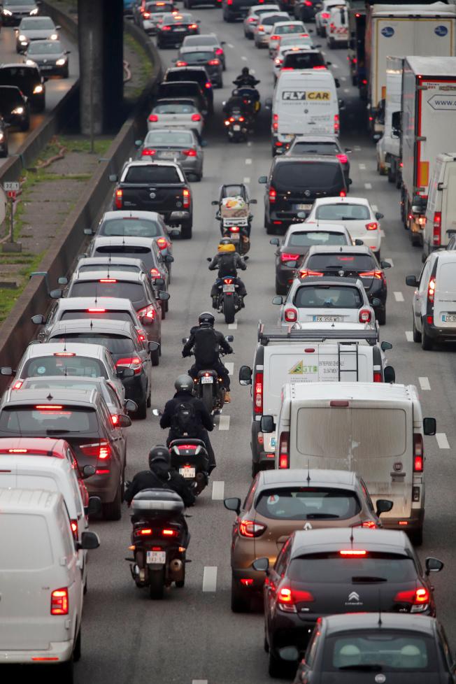 法國全國性罷工6日進入第二天,交通持續受嚴重影響,道路大塞車。(路透)