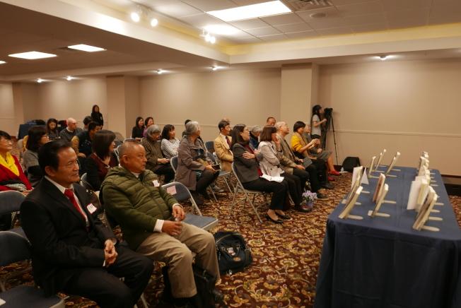 新書發表會上,12位作者交流寫書歷程分享人生故事。(記者李雪/攝影)