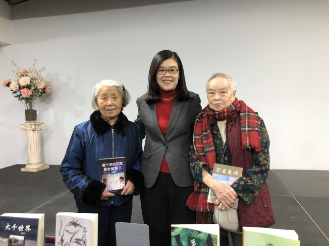 社長于趾琴(中)祝賀袁又申(左)和李覺恥(右)新書發布。(記者李雪/攝影)