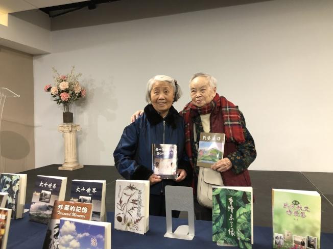 袁又申(左)和李覺恥(右)在新書發布會上團聚。(記者李雪/攝影)