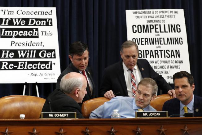 國會眾院司法委員會本周幾場針對川普總統的彈劾調查聽證,兩黨如預期毫無交集。圖為數位共和黨國會議員4日在要求彈劾川普的海報前討論。(美聯社)