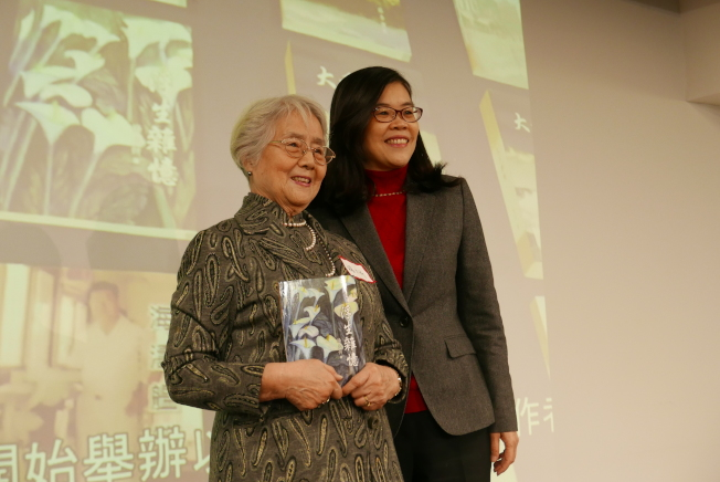 社長于趾琴(右)祝賀楊大忻(左)的新書發表。(記者李雪/攝影)
