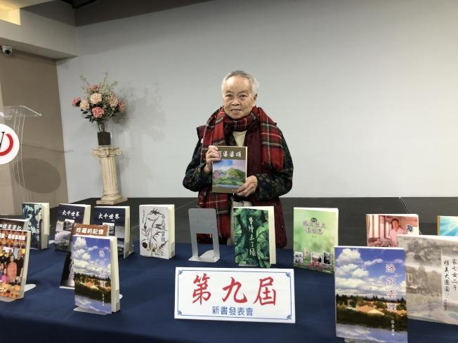 84歲高齡作者李覺恥以幽默輕鬆的筆調創作了「劉婆婆頌」。(記者李雪/攝影)