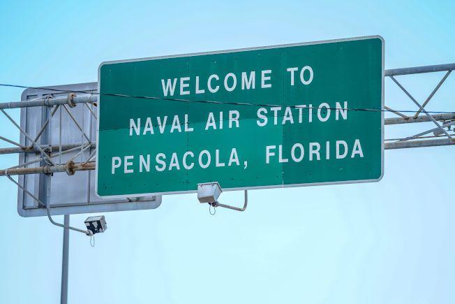 佛州海軍航空基地爆發槍案,造成四死多傷。圖為海軍基地在高速公路上的標示。(Getty Images)