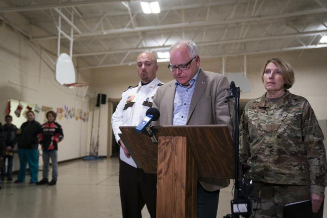 明尼蘇達州州長沃茲在墜機新聞發布會上講話。(美聯社)