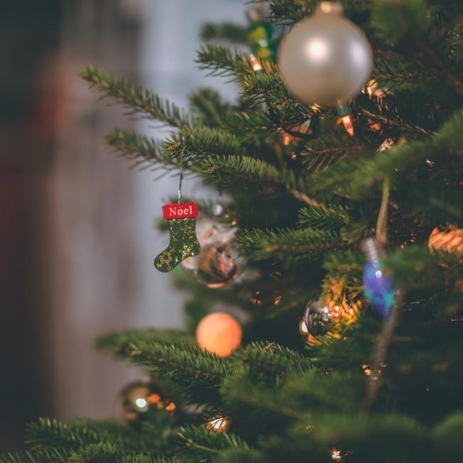 真的耶誕樹氣味清香,但每年都需購買新樹,而且還得注意回收日期。(Pexels)