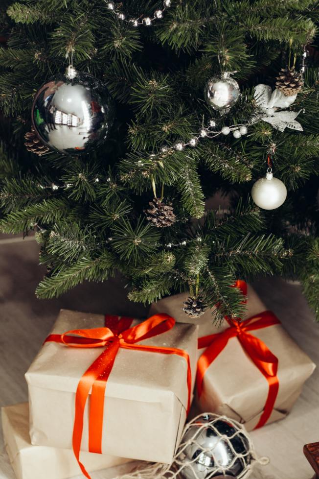 無論是耶誕樹或是樹下的禮物,都能帶來佳節氣氛。(Pexels)