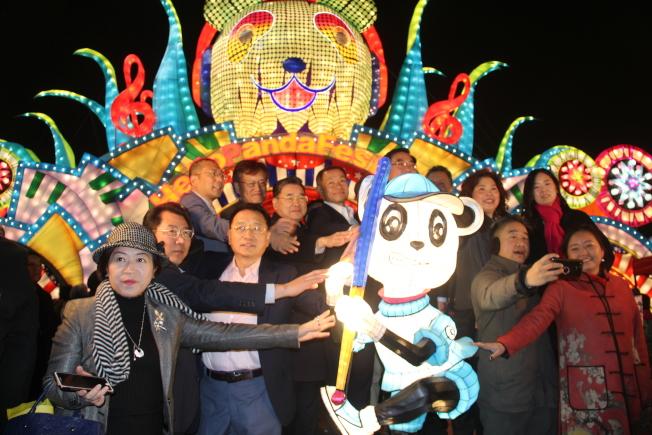 「Hello Panda Festival」6日在皇后區花旗球場開幕,民代及社區人士齊聚點燈。(記者賴蕙榆/攝影)