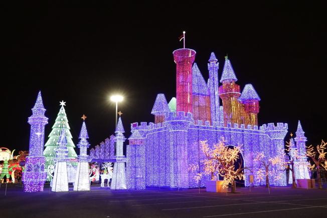 巨型城堡璀璨奪目。(記者呂賢修╱攝影)