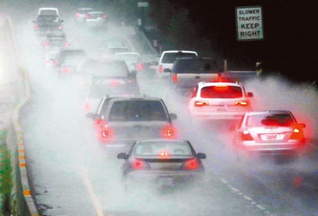 雨中開車最忌與前車距離太近。圖為大雨中的灣區公路交通。(Getty Images)