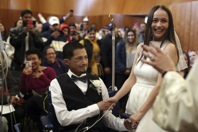 哈維爾·羅德里格斯在芝加哥醫院的小教堂,和高中戀人舉行結婚典禮。(美聯社)
