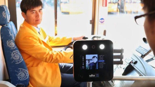 圖為搭公車時也用上人臉識別技術。(Getty Images)