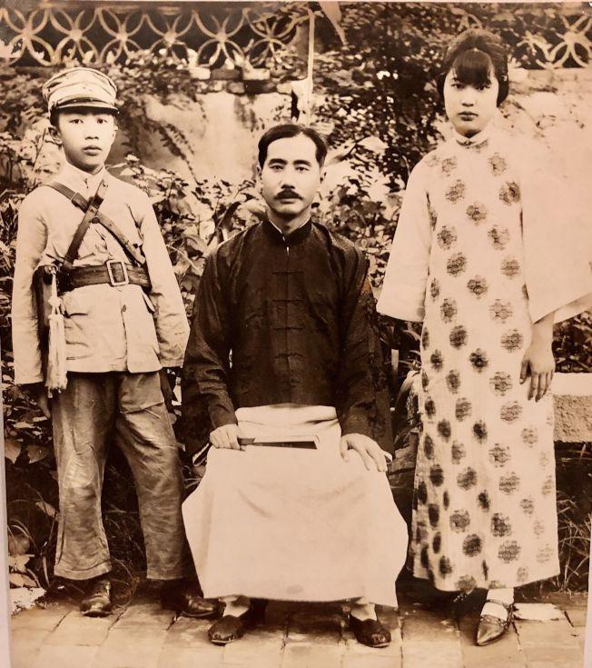 作者祖父和父親、姑姑的合照。