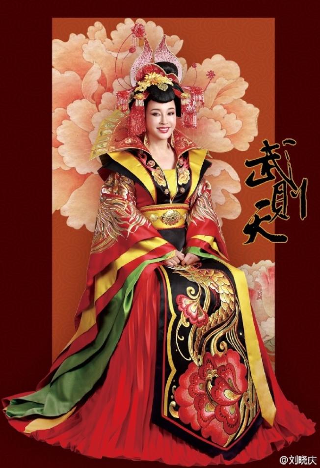 劉曉慶最近在舞台劇中再度詮釋「武則天」。(取材自微博)