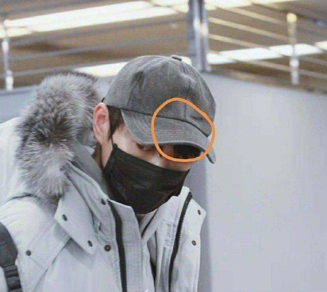 楊冪、魏大勛被發現戴同一頂帽子。(取材自微博)