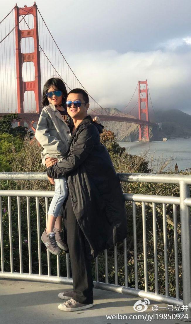 李亞鵬對女兒李嫣的最大期許是快樂成長。(取材自微博)