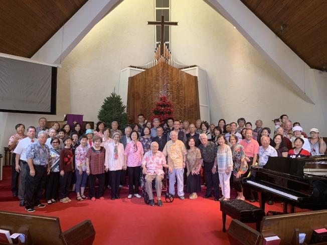 夏威夷台灣基督長老教會12月1日舉行感恩讚美音樂禮拜,禮拜後全體信眾與貴賓合影。(本照片由台灣基督長早老教會提供)