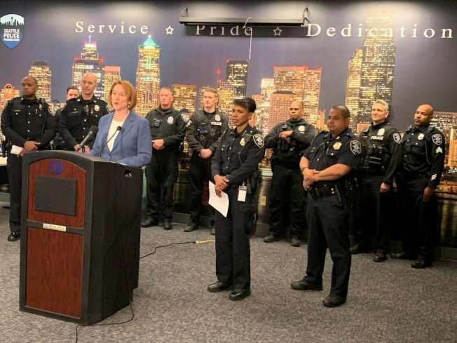 西雅圖市長Jenny A. Durkan(致詞者)和警長Carmen Best、市警局警員,聯合宣布加強假日巡邏計畫。(取自西市府官方網站)