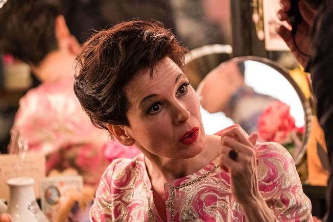 芮妮齊薇格把傳奇女星演得維妙維肖,光芒四射。(取材自IMDb)