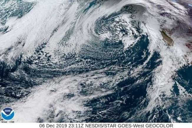 37--太空總署從2萬2000呎地球上空拍到的衛星照片,一大股旋轉雲雨6日下正吹向灣區。(圖:NASA)