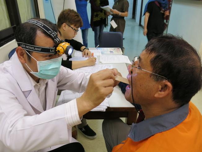 口腔癌手術對組織破壞性高,此醫師應替病人作完整評估。圖為口腔癌篩檢。(本報資料照片)