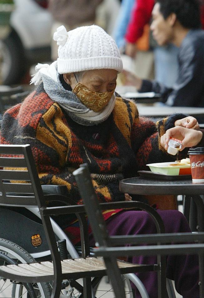 老人家外出應多注意保暖,以免感冒傷身。(本報資料照片)