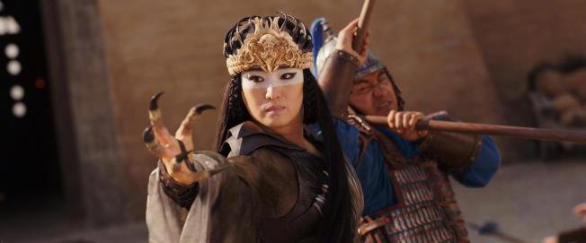 鞏俐在《花木蘭》飾演女巫,更有變身的能力。(取材自微博)
