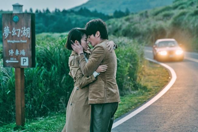 馬思純與霍建華在電影中有著因距離產生的苦戀,在陽明山夢幻湖取景談情。(圖:双喜提供)