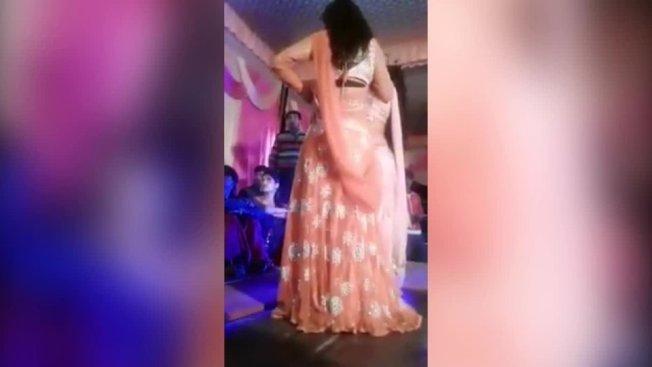 印度一場婚禮上演驚悚的一幕,一位女舞者趁著表演臨時中斷,正準備稍微休息一下時,突然遭一名暴怒男子朝臉部開槍射擊,當場倒地不起,全程都被在場目擊者拍下。路透/Newsflare