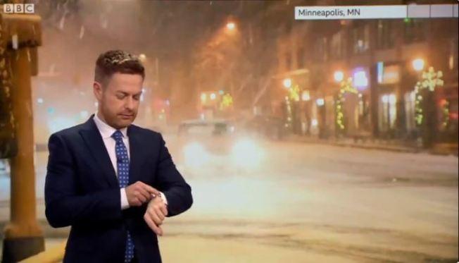 一名BBC氣象主播播報美國中西部的降雪情況時,Siri突然出聲打臉「現在沒有下雪」,讓場面變得相當尷尬。圖截自推特