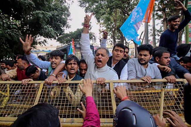 印度2名廳長探視受害女子家屬,遭當地居民抗議。(Getty Images)