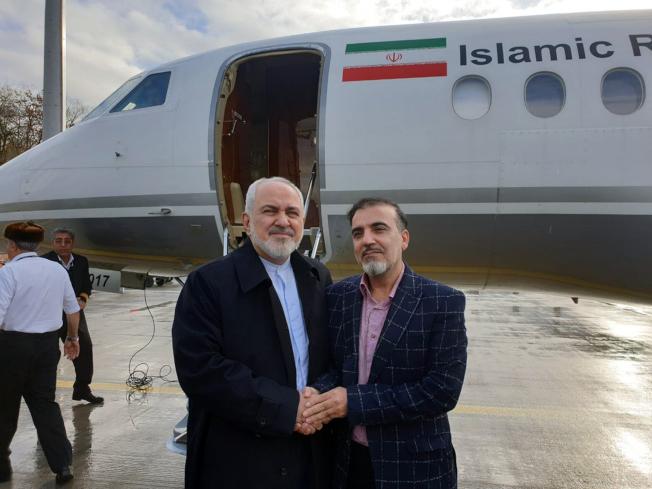 伊朗外長查瑞夫(左)在瑞士蘇黎士迎接獲釋的索雷馬尼返回德黑蘭。(美聯社)
