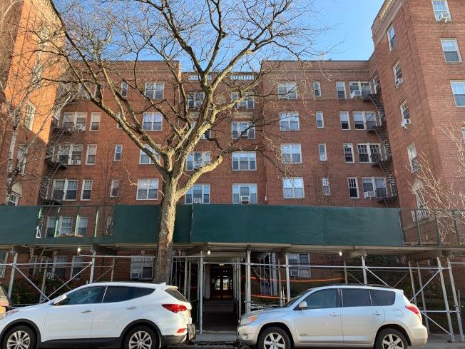 據傳死者劉Dorothy的家人還住在皇后區森林小丘(Forest Hills)一棟六層樓的公寓。記者賴蕙榆/攝影