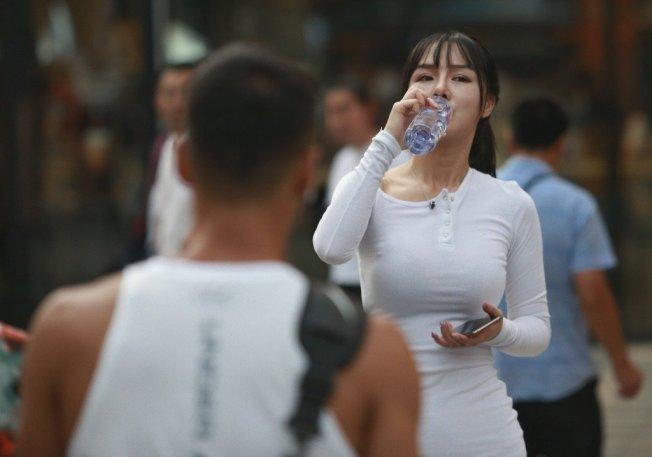 多喝水有助排除尿酸。中新社