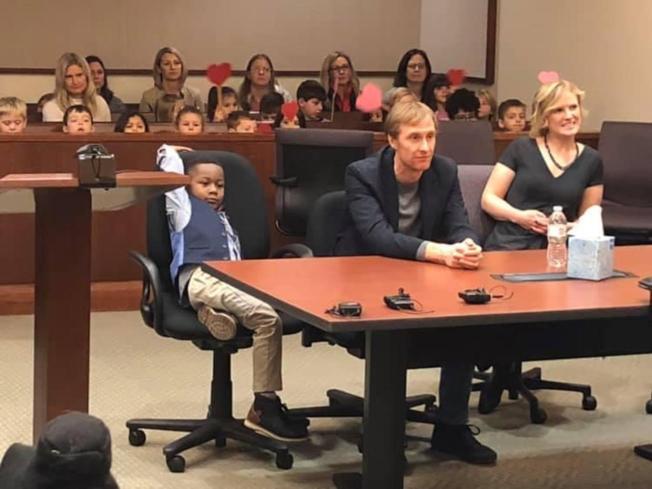 五歲男童克拉克(前左)的收養聽證會上,幼稚園的同學都到場見證克拉克一生重要的一刻。(肯特郡法院)