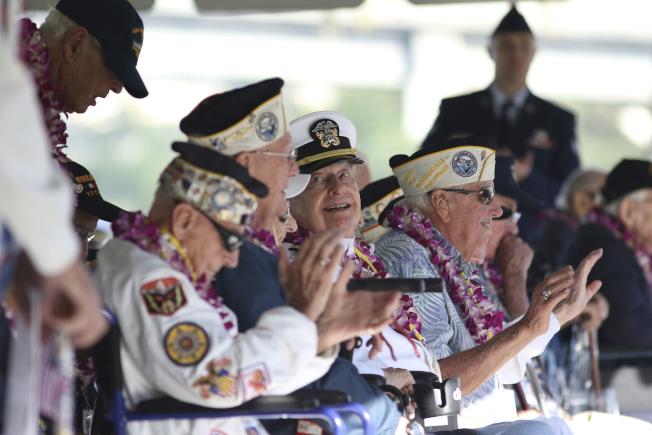 30名二戰老兵7日在珍珠港重聚,在日本偷襲珍珠港78周年紀念會上,追悼在事件中喪生的人。圖為老兵在台上向與會者致意。(美聯社)