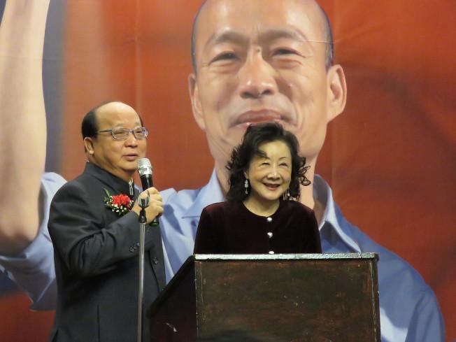 國民黨總統候選人韓國瑜妻子李佳芬訪問美國華府,台中市前市長胡志強(左)、邵曉鈴夫婦同行,7日出席華府僑宴並上台致詞。華盛頓記者張加/攝影