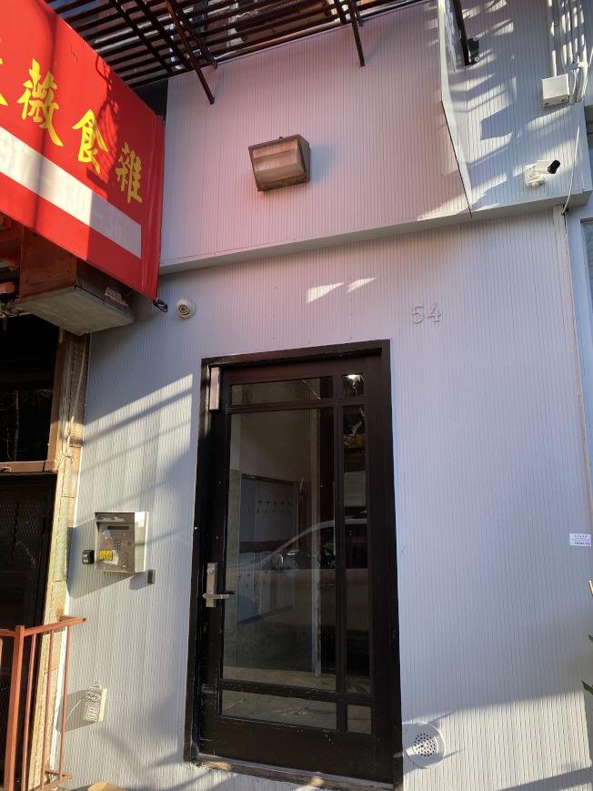 一名華裔男子從愛列治街54號樓墜下死亡。(記者金春香/攝影)